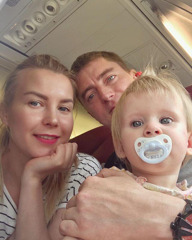 Алена Погребняк с мужем и дочерью