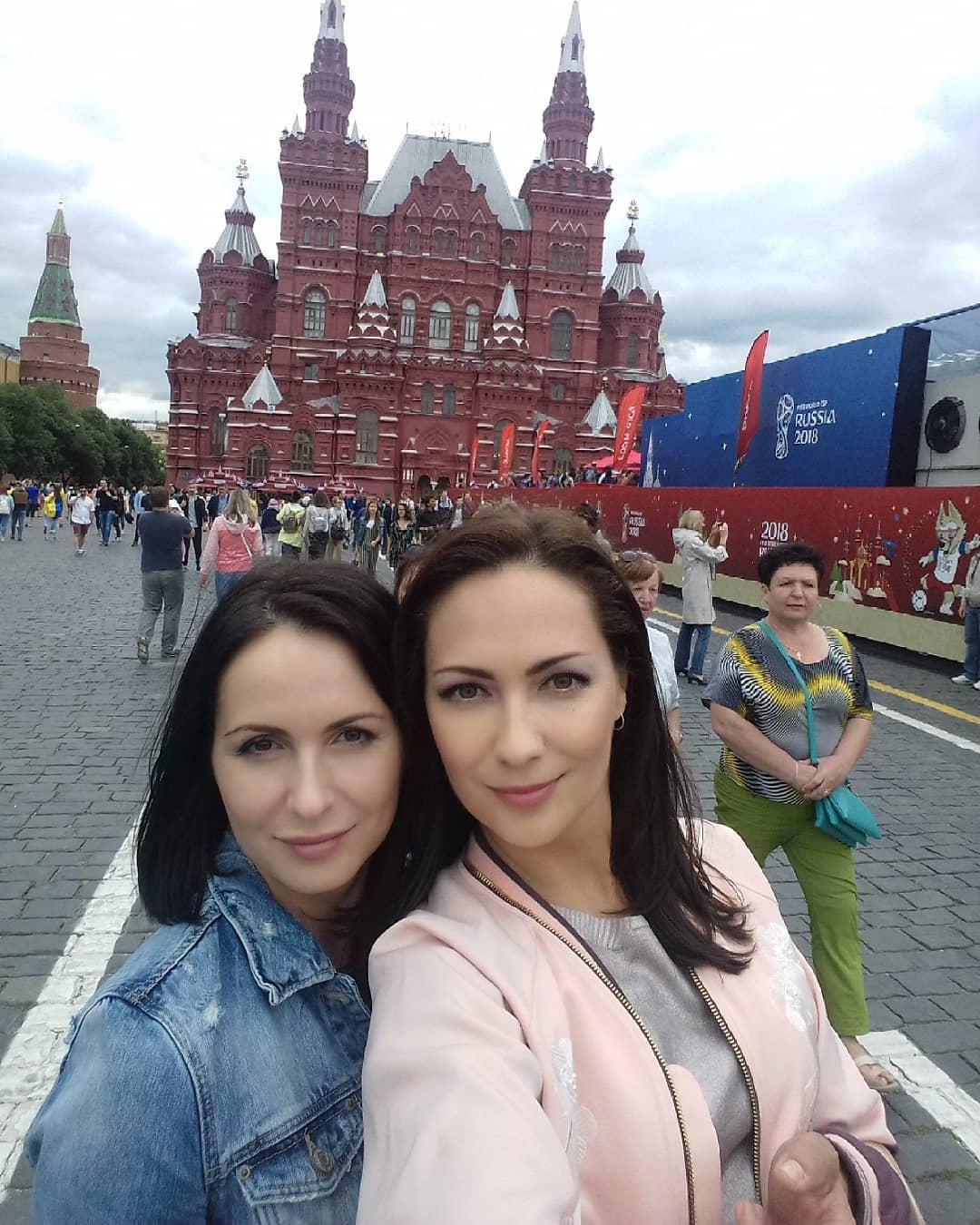 Алёна Лапшина с сестрой