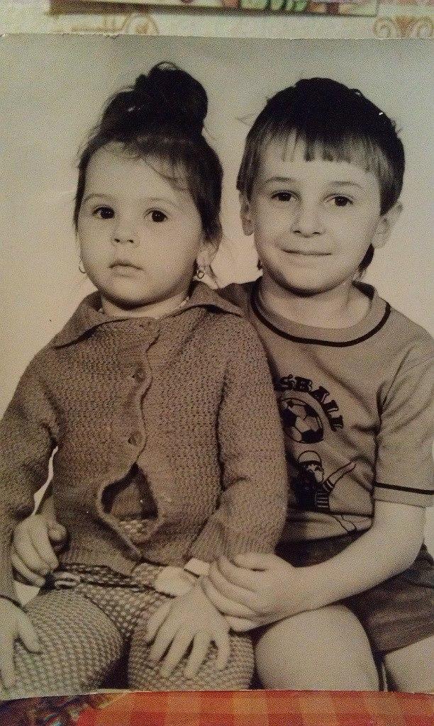 Денис Витрук в детстве с сестрой