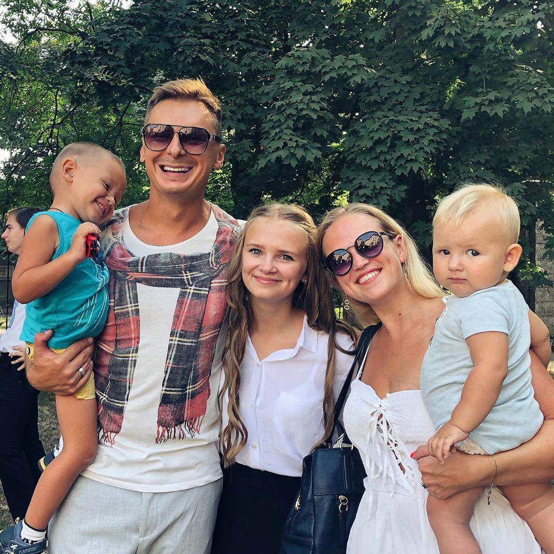 Денис Витрук с женой и детьми