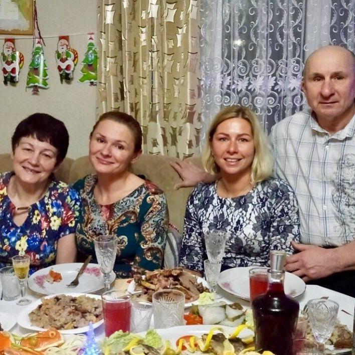 Елена Тихомирова с родителями