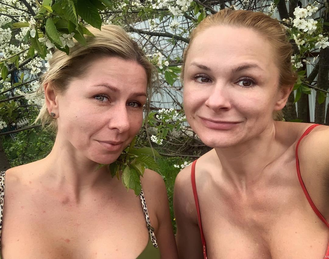 Елена Тихомирова с сестрой