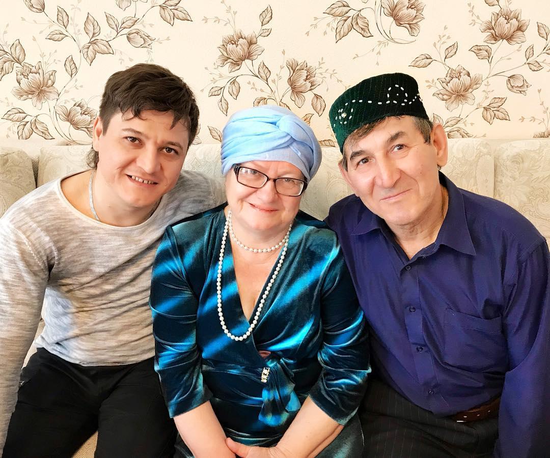 Денис Ибрагимов с родителяями