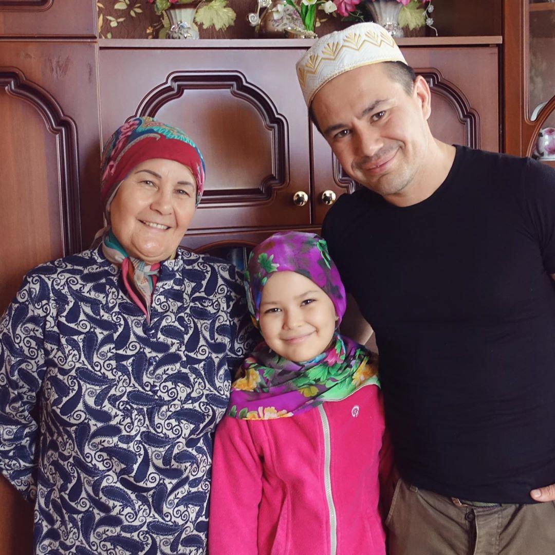 Ильшат Яппаров с мамой и дочкой