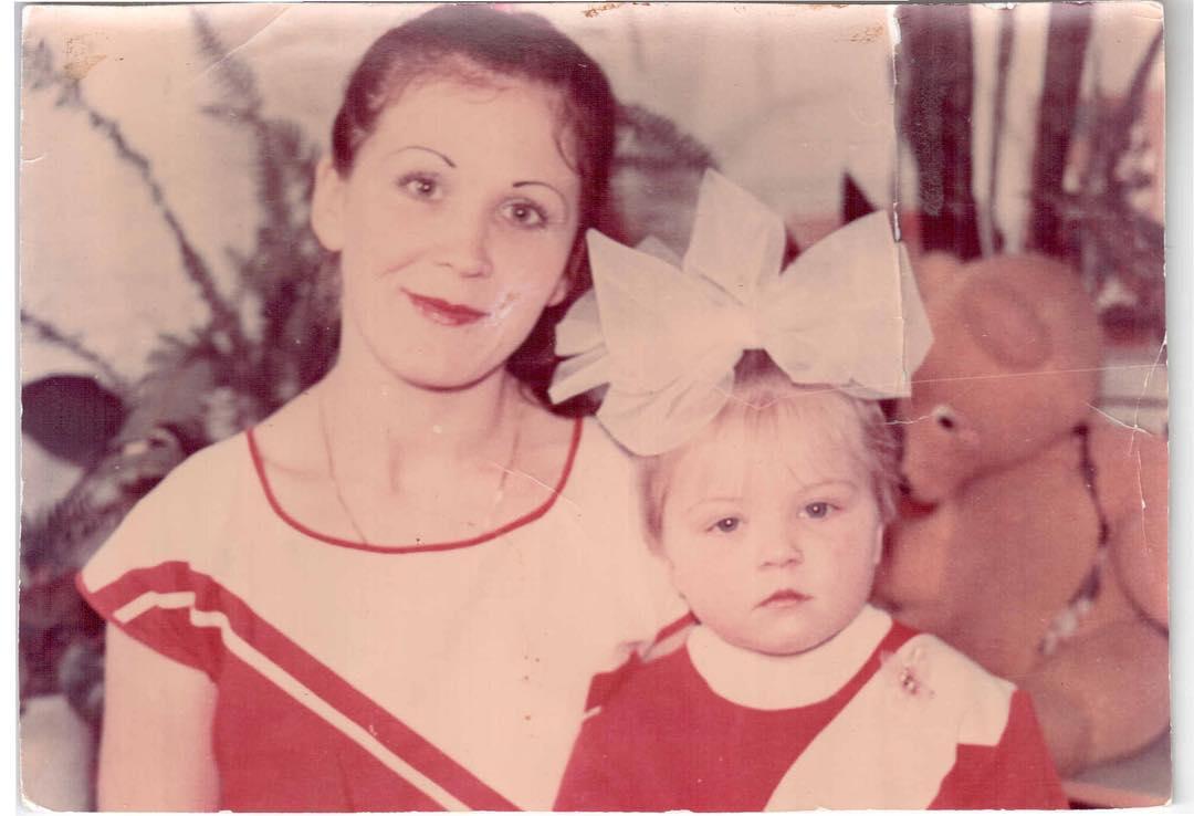 Айгуль Габдуллина в детстве с мамой