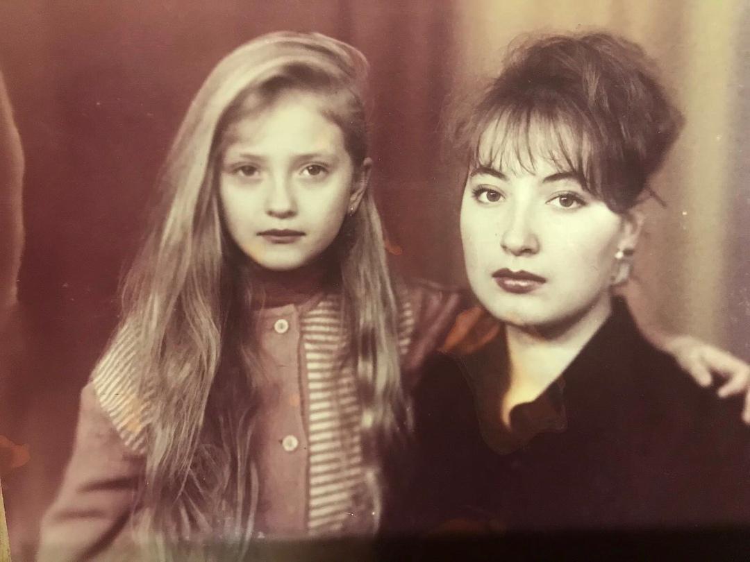 Ксения Бурда в детстве со старшей сестрой