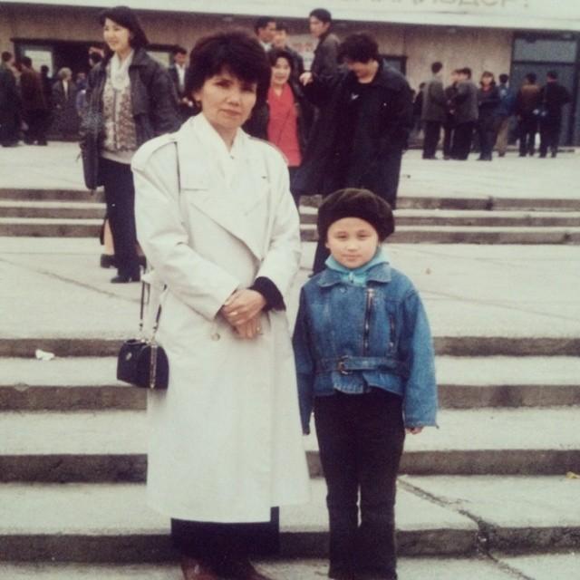 Асель Кадырбекова в детстве с мамой