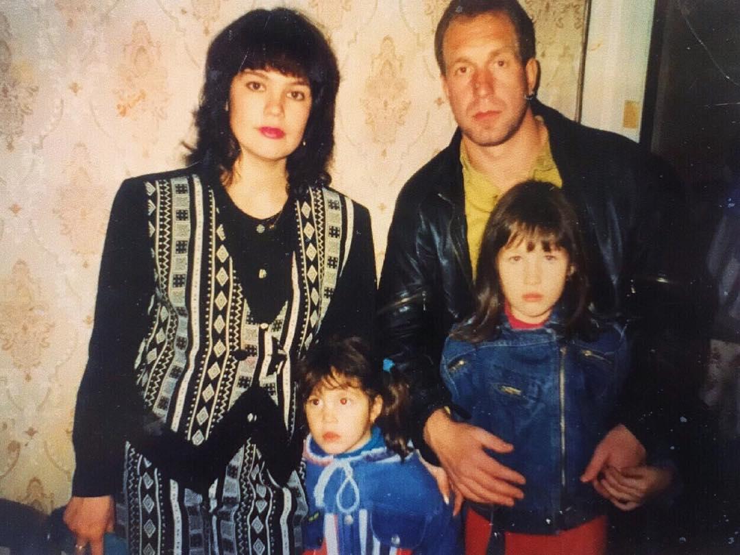 Хильда Кармен в детстве с родителями и сестрой