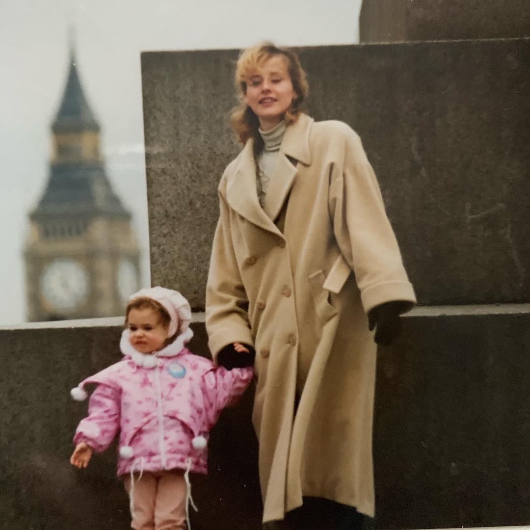 Анна Бокий в детстве с мамой